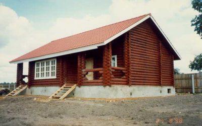 Дом, построенный из оцилиндрованного бревна, одноэтажный