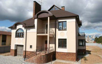 Дом кирпичный двухэтажный с подвалом, оштукатурен и окрашен.