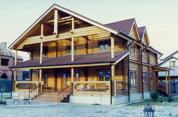 Коттедж двухэтажный, построенный из оцилиндрованного бревна