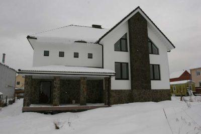 Кирпичный дом оштукатурен и окрашен