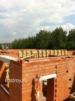 Завершена кладка стен первого этажа