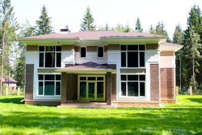 Кирпичный дом с облицовкой декоративным камнем